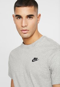 Nike Sportswear - CLUB TEE - Basic T-shirt - dark grey heather/black - 4