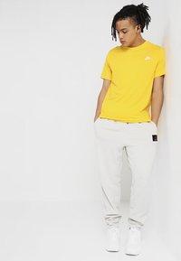 Nike Sportswear - CLUB TEE - T-shirt basic - amarillo - 1