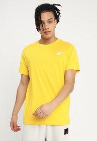 Nike Sportswear - CLUB TEE - T-shirt basic - amarillo - 0