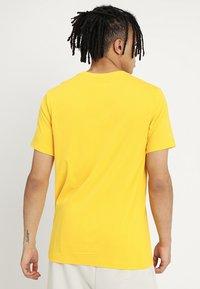 Nike Sportswear - CLUB TEE - T-shirt basic - amarillo - 2