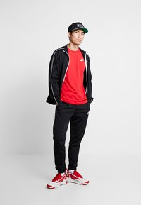 Nike Sportswear - CLUB TEE - T-shirt basic - university red/white - 1