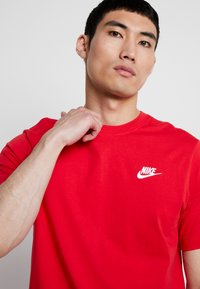 Nike Sportswear - CLUB TEE - T-shirt basic - university red/white - 3