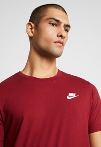 Nike Sportswear - CLUB TEE - T-shirt basic - team red/white - 4
