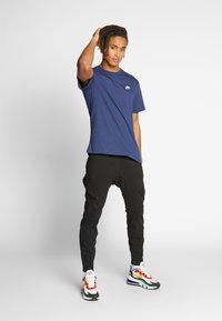Nike Sportswear - CLUB TEE - T-shirt basique - midnight navy/white - 1