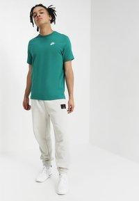Nike Sportswear - CLUB TEE - T-shirt basic - mystic green - 1