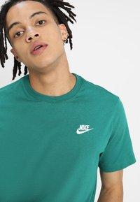 Nike Sportswear - CLUB TEE - T-shirt basic - mystic green - 4