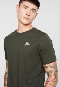Nike Sportswear - CLUB TEE - T-shirt basic - sequoia/ white - 4