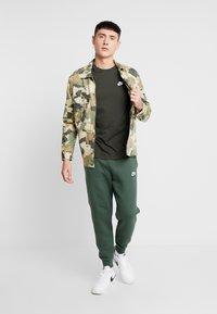 Nike Sportswear - CLUB TEE - T-shirt basic - sequoia/ white - 1