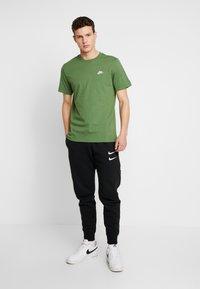 Nike Sportswear - CLUB TEE - T-shirt basic - treeline/white - 1