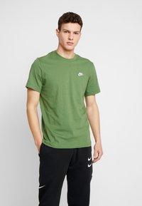 Nike Sportswear - CLUB TEE - T-shirt basic - treeline/white - 0
