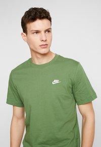 Nike Sportswear - CLUB TEE - T-shirt basic - treeline/white - 3