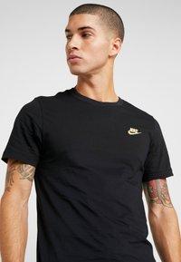 Nike Sportswear - CLUB TEE - T-shirt basic - black/metallic gold - 4