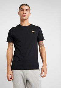 Nike Sportswear - CLUB TEE - T-shirt basic - black/metallic gold - 0