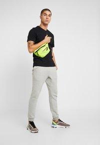 Nike Sportswear - CLUB TEE - T-shirt basic - black/metallic gold - 1
