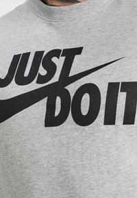 Nike Sportswear - TEE JUST DO IT - T-shirt imprimé - grey heather - 5