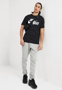 Nike Sportswear - TEE JUST DO IT - T-shirt con stampa - black/white - 1