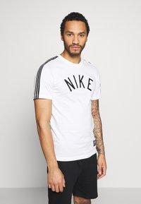 Nike Sportswear - TEE AIR - T-shirt med print - sail - 0