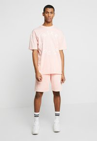 Nike Sportswear - TOP WASH - T-shirt med print - bleached coral/summit white - 1