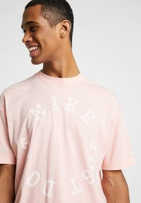 Nike Sportswear - TOP WASH - T-shirt med print - bleached coral/summit white - 4