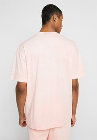 Nike Sportswear - TOP WASH - T-shirt med print - bleached coral/summit white - 2