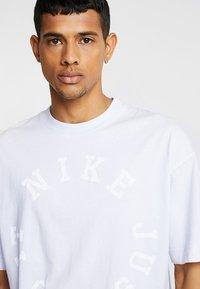 Nike Sportswear - TOP WASH - T-shirt med print - half blue - 5