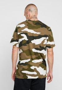 Nike Sportswear - TEE - T-shirt imprimé - light bone/medium olive/white - 2
