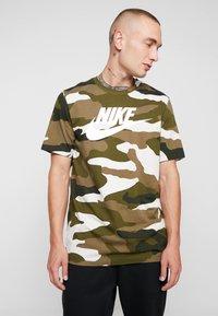 Nike Sportswear - TEE - T-shirt imprimé - light bone/medium olive/white - 0