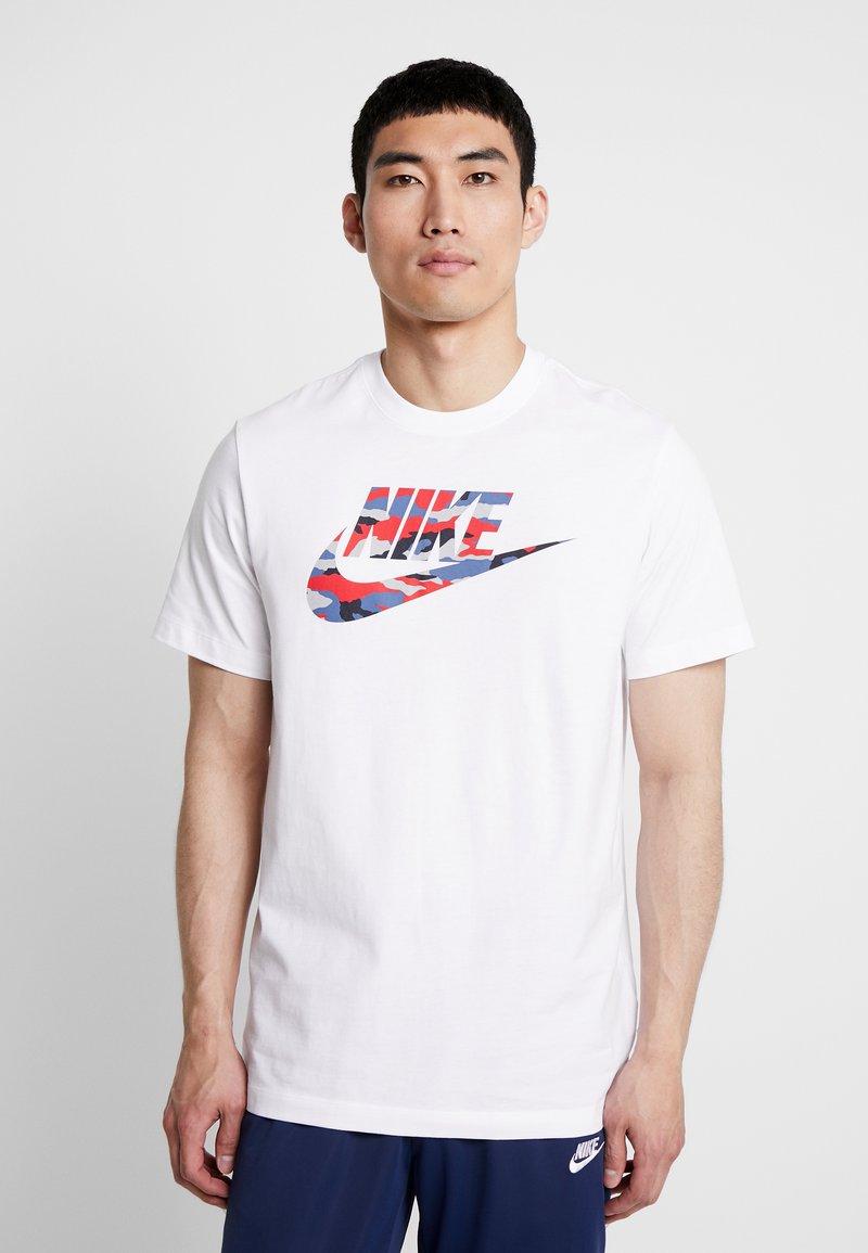 Nike Sportswear - TEE CAMO  - Camiseta estampada - white/wolf grey