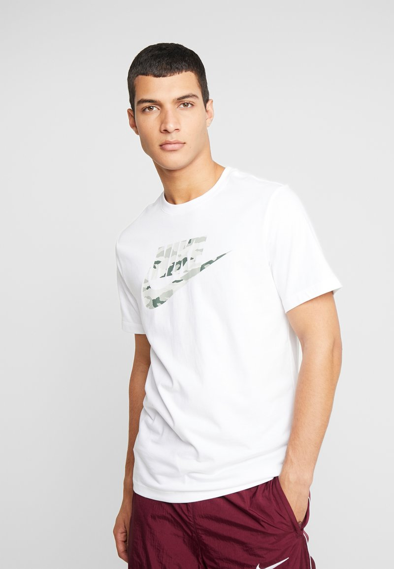 Nike Sportswear - TEE CAMO  - Triko spotiskem - white/spruce aura