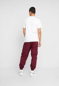 Nike Sportswear - TEE CAMO  - Triko spotiskem - white/spruce aura - 2