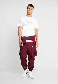 Nike Sportswear - TEE CAMO  - Triko spotiskem - white/spruce aura - 1