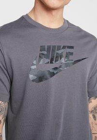 Nike Sportswear - TEE CAMO  - T-shirt med print - dark grey - 4