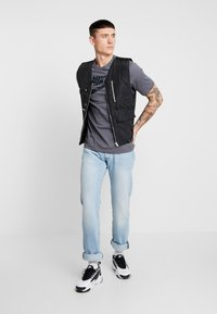 Nike Sportswear - TEE CAMO  - T-shirt med print - dark grey - 1