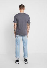 Nike Sportswear - TEE CAMO  - T-shirt med print - dark grey - 2