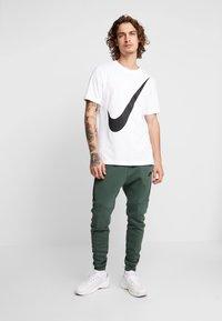 Nike Sportswear - TEE  - T-shirt med print - white/black - 1