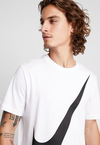 Nike Sportswear - TEE  - T-shirt med print - white/black - 4