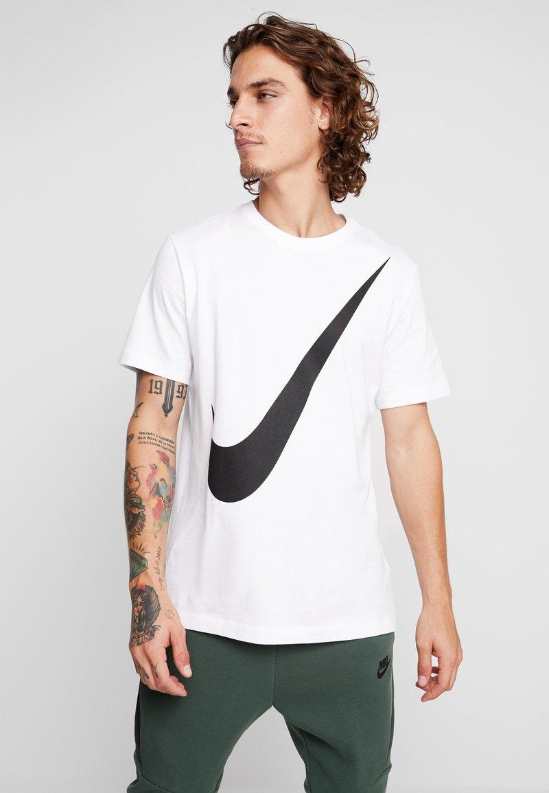 Nike Sportswear - TEE  - T-shirt med print - white/black