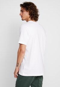 Nike Sportswear - TEE  - T-shirt med print - white/black - 2