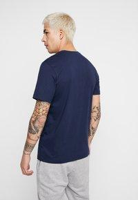 Nike Sportswear - TEE - Camiseta estampada - obsidian/university red - 2