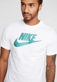 Nike Sportswear - TEE APP  - T-shirt imprimé - white - 4