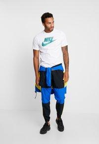 Nike Sportswear - TEE APP  - T-shirt med print - white - 1