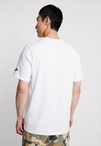 Nike Sportswear - TEE COURT - T-shirt imprimé - white - 2