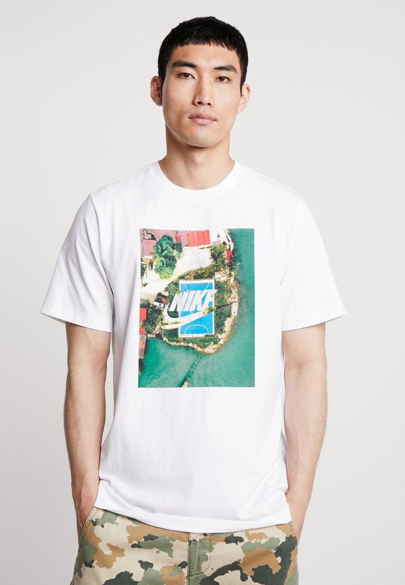 Nike Sportswear - TEE COURT - T-shirt imprimé - white