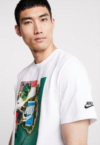 Nike Sportswear - TEE COURT - T-shirt imprimé - white - 3