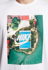 Nike Sportswear - TEE COURT - T-shirt imprimé - white - 5
