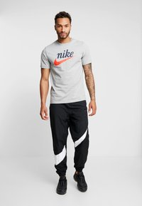 Nike Sportswear - TEE HERITAGE - T-shirt imprimé - dark grey heather - 1