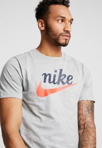 Nike Sportswear - TEE HERITAGE - T-shirt imprimé - dark grey heather - 4