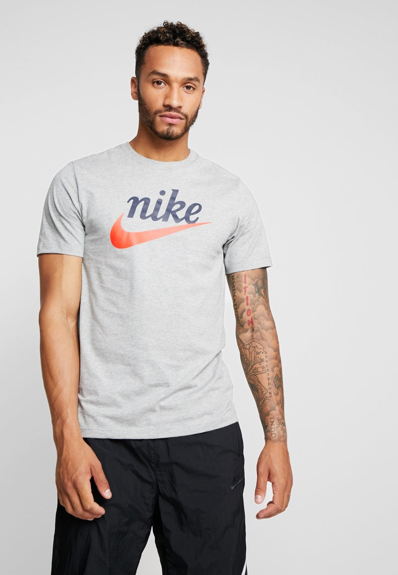 Nike Sportswear - TEE HERITAGE - T-shirt imprimé - dark grey heather