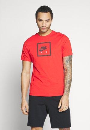 M NSW SS TEE AIR 2 - T-shirt imprimé - university red/black