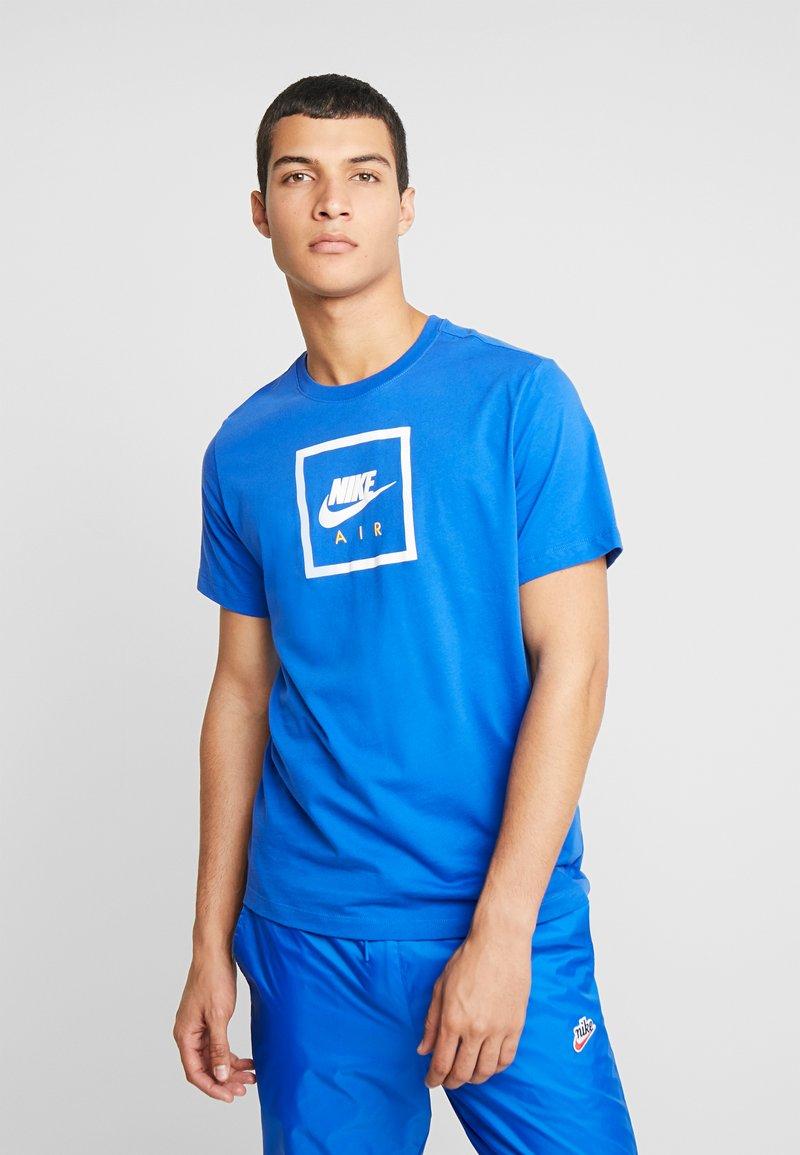 Nike Sportswear - T-shirt z nadrukiem - game royal/dark sulfur/white